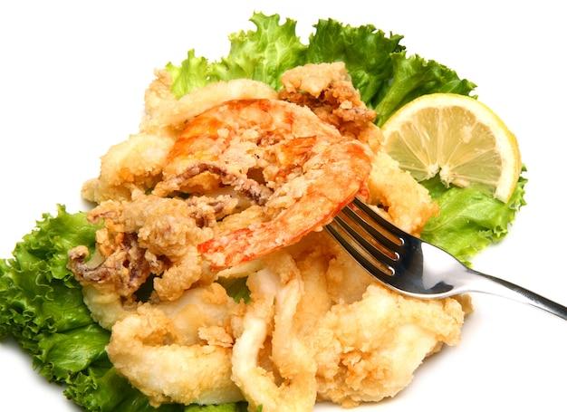 揚げ魚のミックス料理 Premium写真