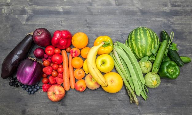 虹の果物と野菜の木 Premium写真