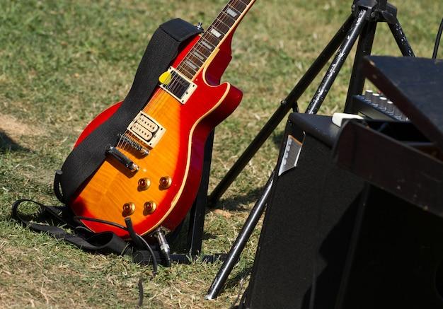 緑の芝生でギター Premium写真