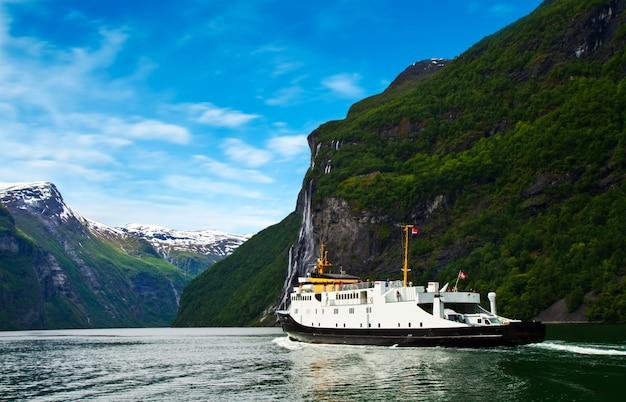 ノルウェーフィヨルドのボート Premium写真