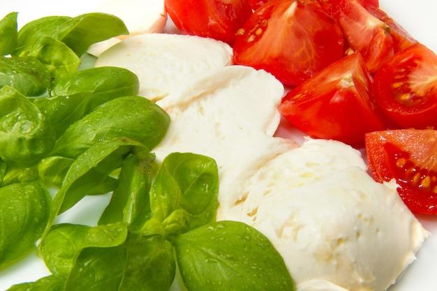 トマトとバジルのモッツァレラチーズ Premium写真