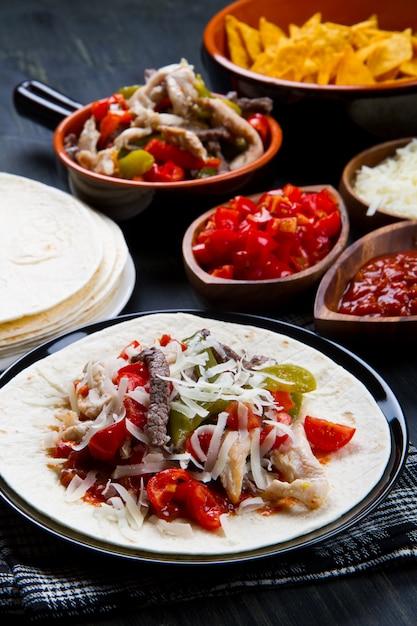牛肉と鶏肉のファヒータス、トルティーヤにカラフルピーマン Premium写真