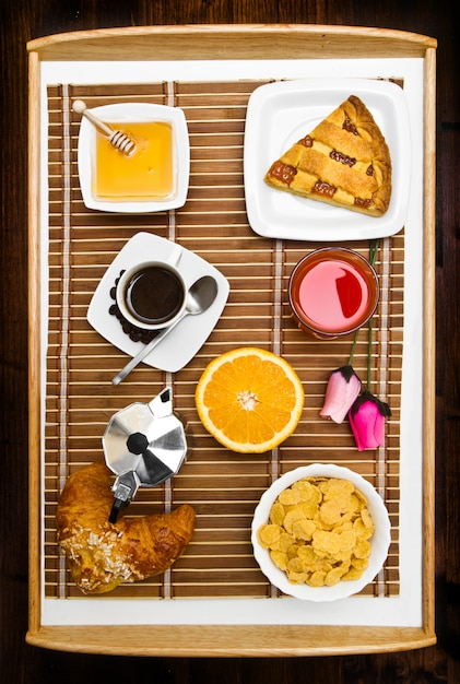 テーブルの上の朝食と組成 Premium写真