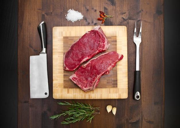 リブステーキとキッチンツールの組成 Premium写真