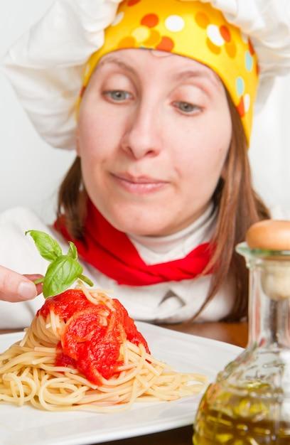 笑顔のシェフがイタリアのパスタ料理を飾る Premium写真