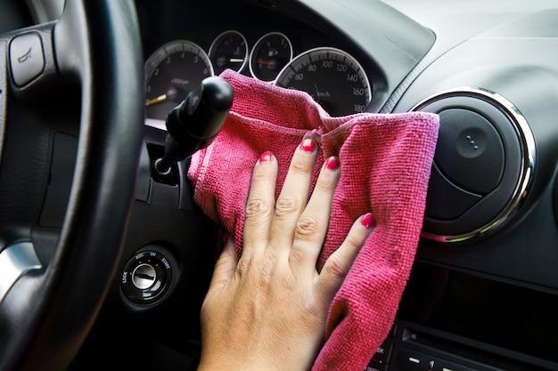 車のホイールを磨くマイクロファイバー布で女性の手 Premium写真