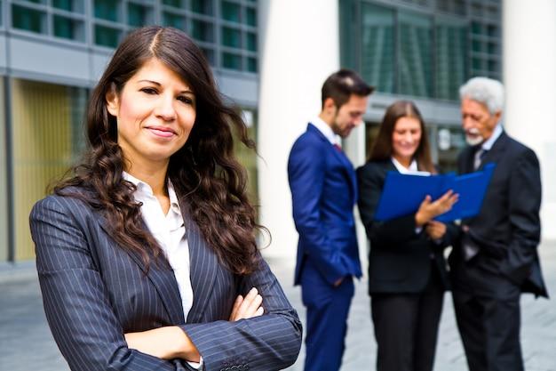 ビジネスの方々の背景に美しい女性 Premium写真