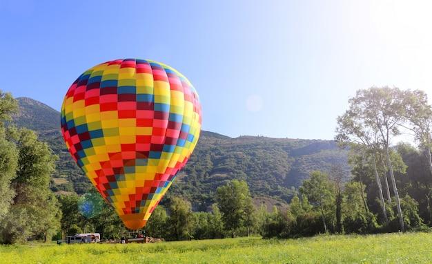 青い空を背景の熱気球 Premium写真