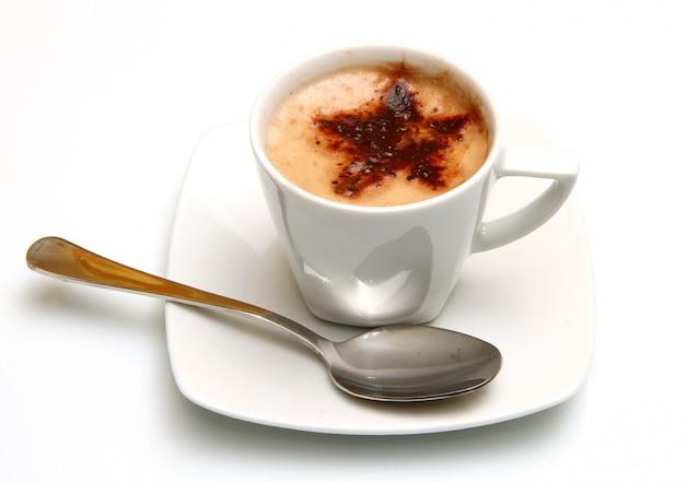 白いマグカップにカプチーノ Premium写真