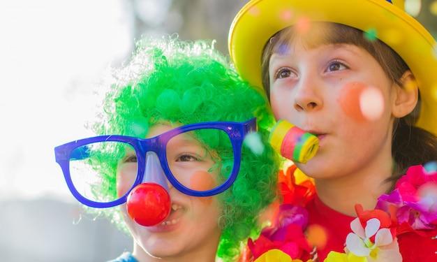 面白いカーニバル子供笑顔と屋外で遊ぶ Premium写真