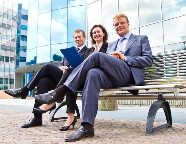 ベンチで働くビジネス人々のグループ Premium写真