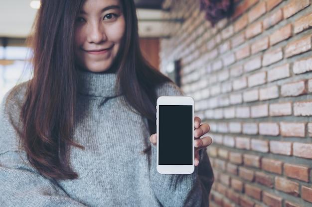 モックアップスマートフォンを持つ女性 Premium写真