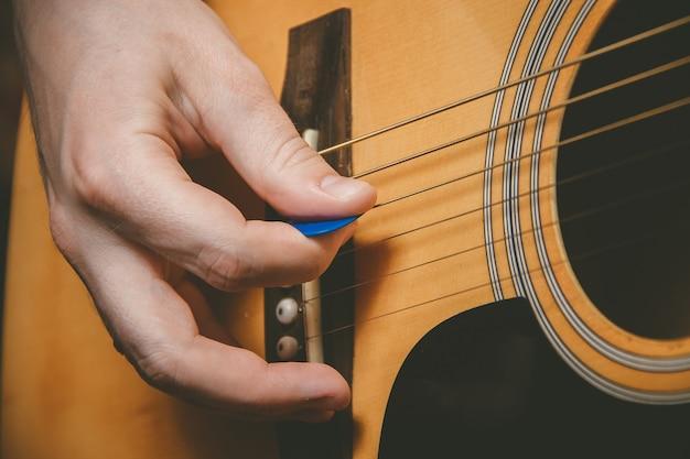 ギターを弾くギタリストの手のクローズアップ Premium写真