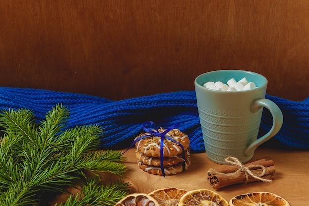 モミ、スカーフ、ドライオレンジ、ビスケット、シナモンとクリスマスの背景 Premium写真
