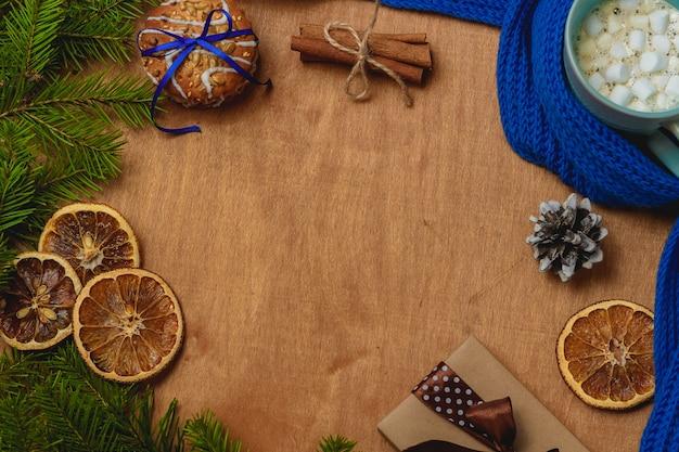モミ、スカーフ、ドライオレンジ、コーン、ビスケット、シナモン入り Premium写真