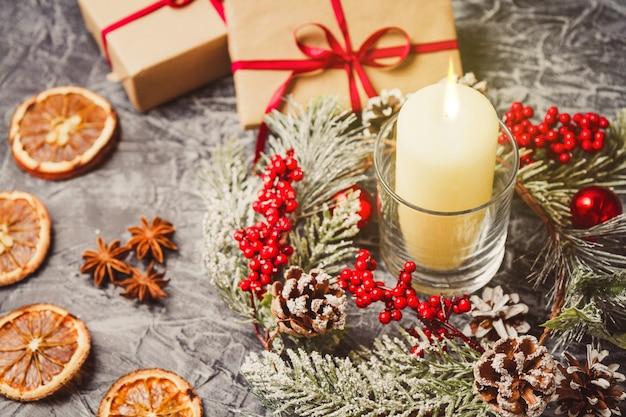 Рождественские свечи и украшения на конкретный фон с огнями. Premium Фотографии