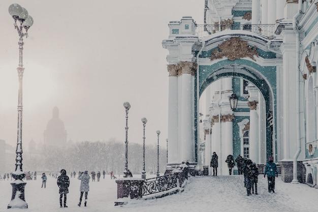冬の天候中のエルミタージュ国立美術館、サンクトペテルブルクの冬宮殿 Premium写真
