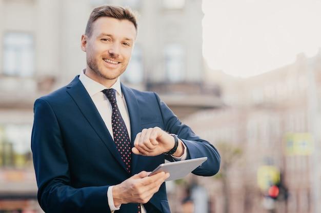 Красивый мужской предприниматель приходит на встречу с деловыми людьми Premium Фотографии