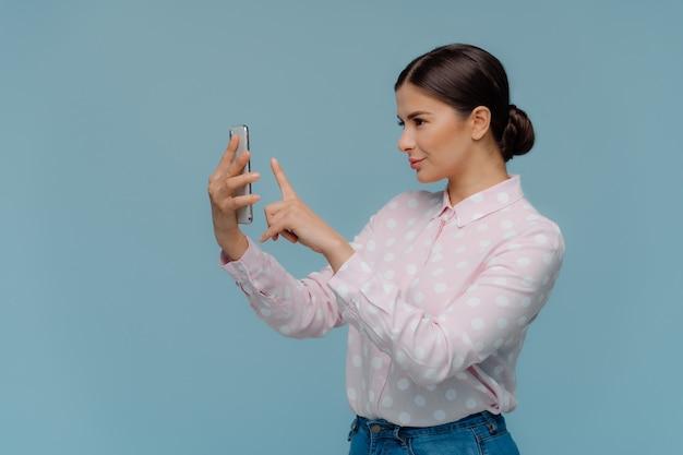 ブルネットの女性の横ショットは髪をとかす Premium写真