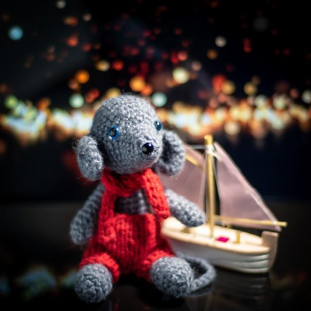 Вязаная игрушка ручной работы. амигуруми крыса игрушка. крючком чучела животных. мышь связана с кораблем крючком. Premium Фотографии