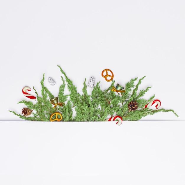 針葉樹の枝、装飾、お菓子のクリスマス組成。フラット横たわっていた。トップビュー自然新年コンセプト。コピースペース。 Premium写真