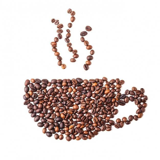 Изображение кофейной чашки из кофейных зерен на белом фоне Premium Фотографии