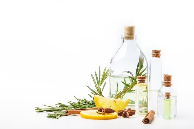 白いテーブルの上のガラス瓶の中の芳香油。ボディケア。健康的な生活様式。分離しました。 Premium写真
