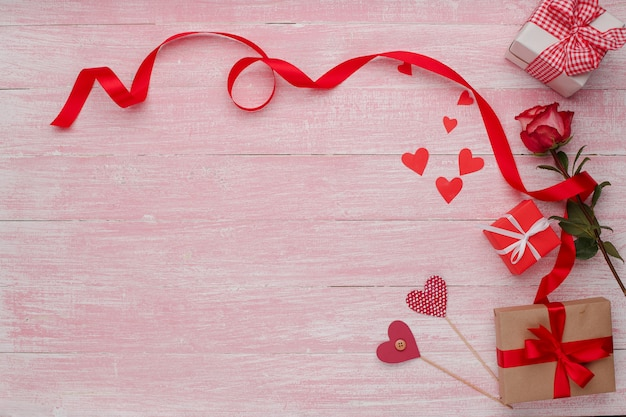 Счастливый день святого валентина любовь праздник в деревенском стиле изолированы. Premium Фотографии
