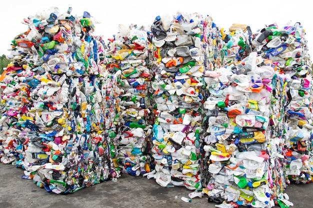 Куча экструдированных пластиковых бутылок на заводе по сбору мусора Premium Фотографии