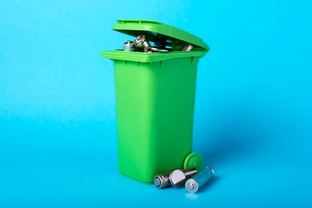 青いゴミ箱。バッテリー、バッテリー。廃棄物のリサイクル。エコロジカル Premium写真