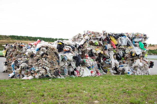 ごみ収集工場で押し出されたポリエチレンの山。ポリエチレンの選別と加工。環境保護の概念 Premium写真