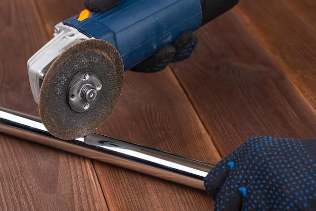 Электроинструмент для резки металлической трубки из нержавеющей стали Premium Фотографии