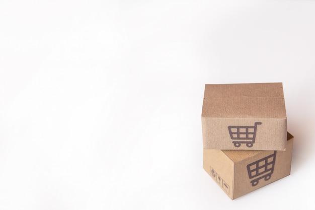 段ボール箱や白い背景の上のスーパーマーケットのロゴ入り小包。コピースペースあり Premium写真