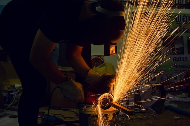 鋼の電動砥石研削による切削切断から火花 Premium写真
