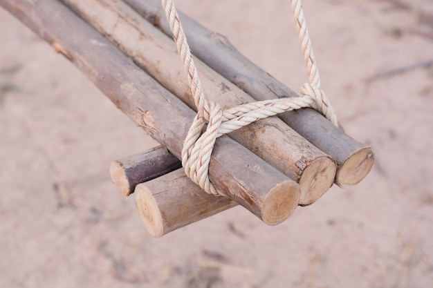 Веревка завязана узлом вокруг забора, веревка завязана узлом из дерева Premium Фотографии