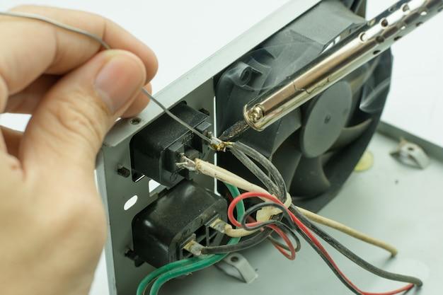 電子機器の修理、錫はんだ付け部品 Premium写真
