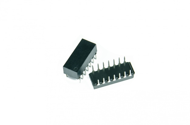 白で隔離されるディップパッケージの集積回路 Premium写真