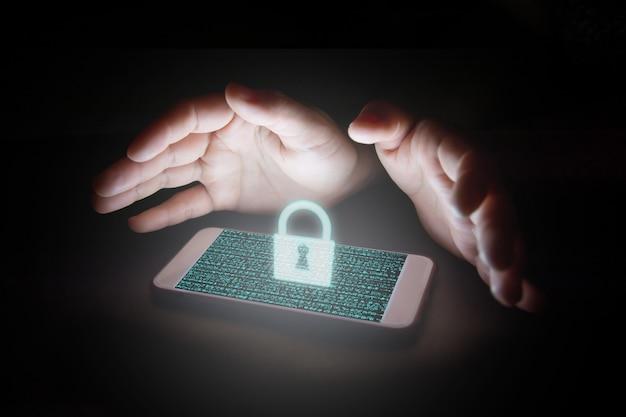 Данные со значком замка и виртуальных экранов на смартфоне. Premium Фотографии