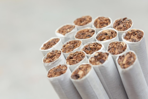 白い背景の上のタバコの背景を閉じる Premium写真