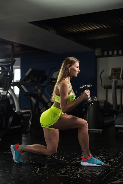美しいセクシーな運動筋肉の若い女の子 Premium写真