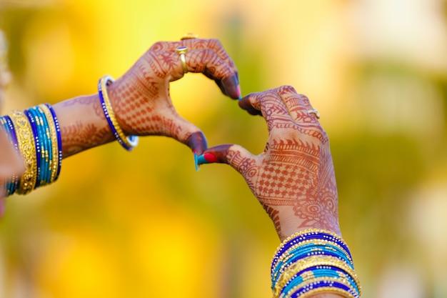 婚約指輪を手に Premium写真