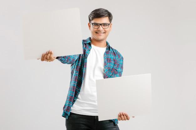 空白の看板を示すインド人 Premium写真
