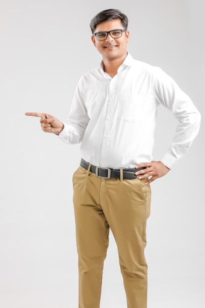 インドの若い男の手で方向を示す Premium写真