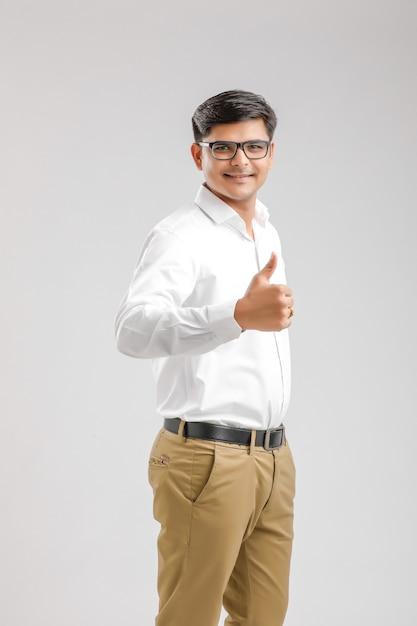ハンサムな若いインド人の分離を示す強打を示す Premium写真