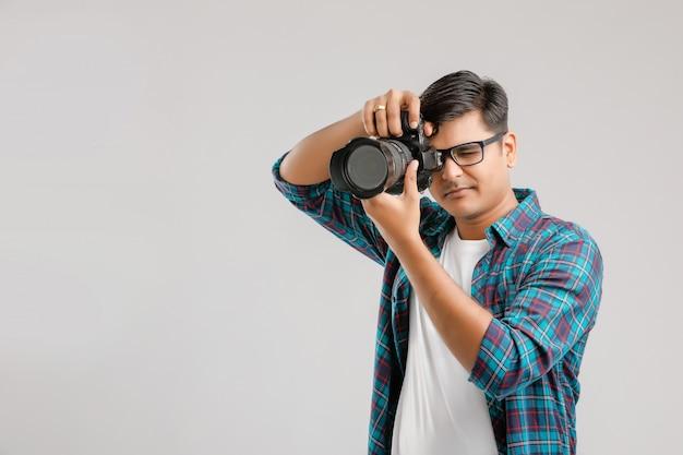 カメラで写真をキャプチャする若いインド人 Premium写真