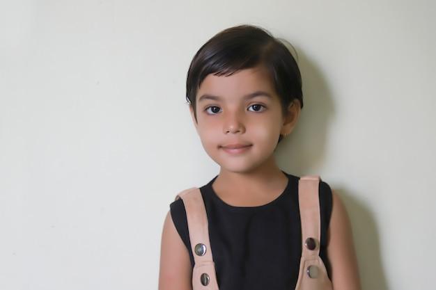 白の表現を示すかわいいインドの女の子子供 Premium写真