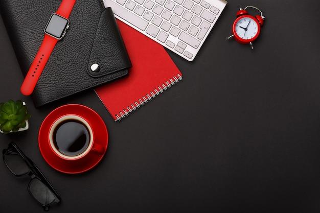 黒の背景赤コーヒーカップメモ帳目覚まし時計花日記傷跡キーボードコーナー空白スペースデスクトップ Premium写真