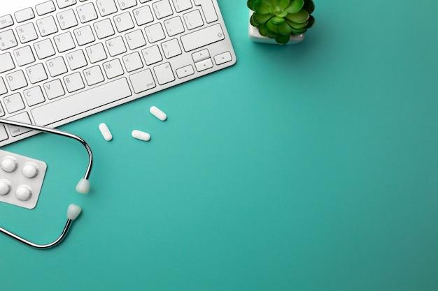キーボード、マウス、錠剤と医師の机の聴診器 Premium写真