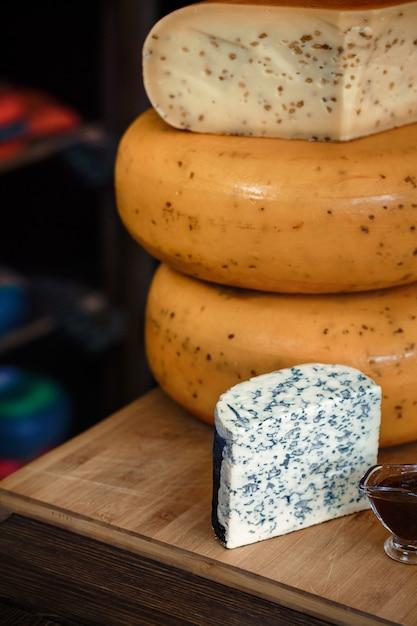 インテリアと木の板のスライスチーズヘッド Premium写真