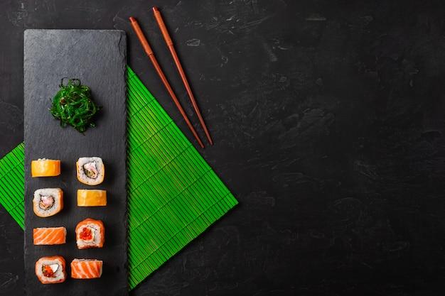 石のテーブルに寿司とマキのセット。コピースペース平面図 Premium写真
